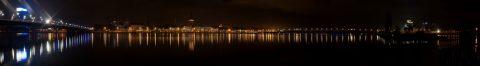 Bild: Panoramaaufnahme von Riga kurz vor Weihnachten 2013 bei Nacht von der Terrasse des SWEDBANK HOCHAUSES aus gesehen. OLYMPUS OM-D E-M5 mit M.Zuiko Digital 12-50 mm 1:3.5-6.3 EZ. ISO 200 ¦ f/11 ¦ 35 mm ¦ 6 s ¦ kein Blitz ¦ 30 Einzelbilder. Klicken Sie auf das Bild um es zu vergrößern (11 MByte).