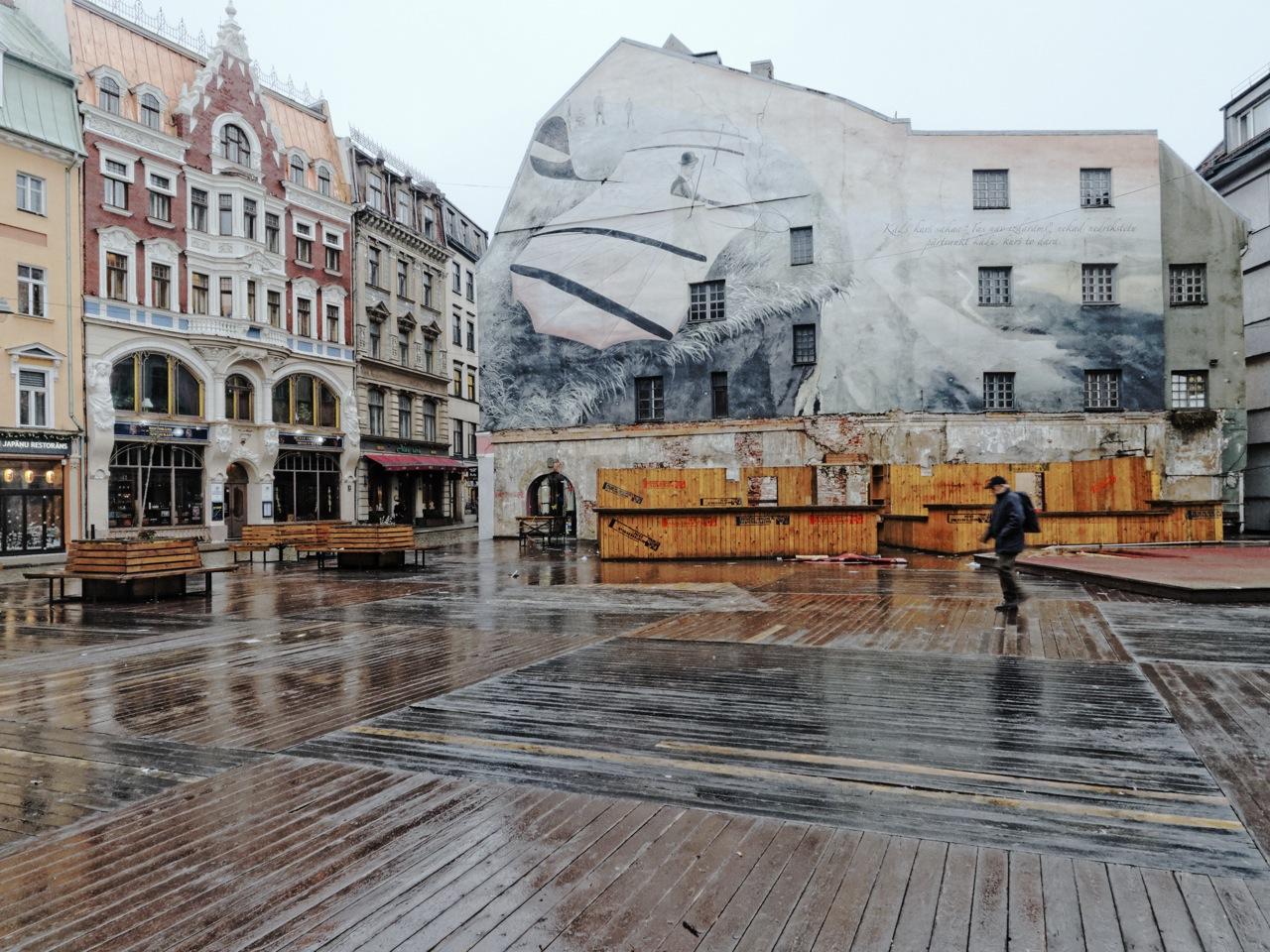 Bild: Jugendstil und Grafitti am Domplatz in der Altstadt von Riga. OLYMPUS OM-D E-M5 mit M.Zuiko Digital 12-50 mm 1:3.5-6.3 EZ. ISO 800 ¦ f/7.1 ¦ 12 mm ¦ 1/25 s ¦ kein Blitz. Klicken Sie auf das Bild um es zu vergrößern.
