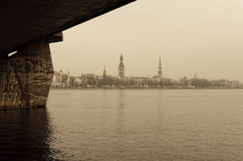 Bild: Riga - Ein Schlechtwetterfoto von der Altstadt an einem Mittag im Dezember. OLYMPUS OM-D E-M5 mit M.Zuiko Digital 12-50 mm 1:3.5-6.3 EZ. ISO 800 ¦ f/11 ¦ 50 mm ¦ 1/50 s ¦ kein Blitz. Klicken Sie auf das Bild um es zu vergrößern.