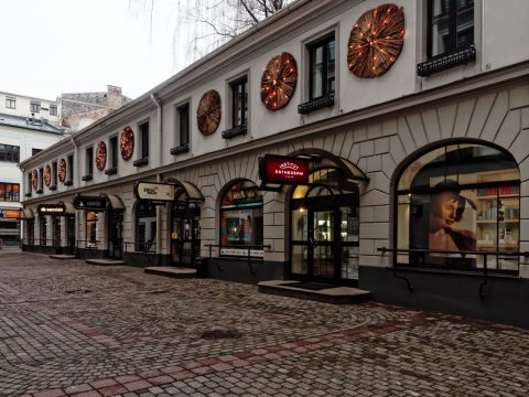 Bild: Riga edel und teuer - Unterwegs am Berga bazārs in der Neustadt. OLYMPUS OM-D E-M5 mit M.Zuiko Digital 12-50 mm 1:3.5-6.3 EZ. ISO 800 ¦ f/7,1 ¦ 12 mm ¦ 1/25 s ¦ kein Blitz. Klicken Sie auf das Bild um es zu vergrößern.