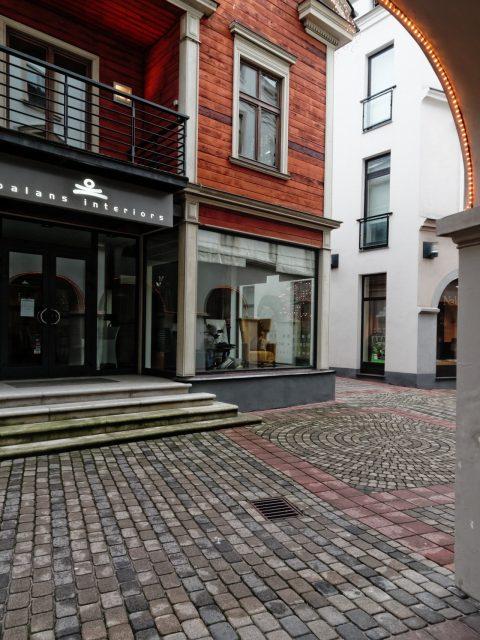 Bild: Riga edel und teuer - Unterwegs am Berga bazārs in der Neustadt. OLYMPUS OM-D E-M5 mit M.Zuiko Digital 12-50 mm 1:3.5-6.3 EZ. ISO 800 ¦ f/7,1 ¦ 12 mm ¦ 1/15 s ¦ kein Blitz. Klicken Sie auf das Bild um es zu vergrößern.