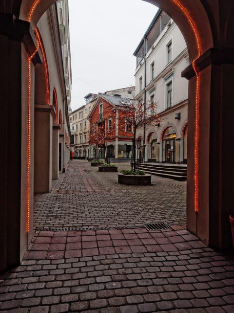 Bild: Riga edel und teuer - Unterwegs am Berga bazārs in der Neustadt. OLYMPUS OM-D E-M5 mit M.Zuiko Digital 12-50 mm 1:3.5-6.3 EZ. ISO 400 ¦ f/7,1 ¦ 12 mm ¦ 1/15 s ¦ kein Blitz. Klicken Sie auf das Bild um es zu vergrößern.