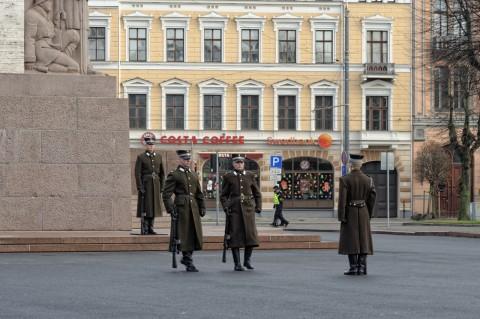Bild: Wachwechsel am Freiheitsdenkmal in Riga. NIKON D700 mit AF-S NIKKOR 24-120 mm 1:4G ED VR. ISO 400 ¦ f/7.1 ¦ 120 mm ¦ 1/80 s ¦ kein Blitz. Klicken Sie auf das Bild um es zu vergrößern.