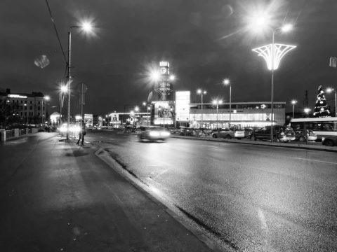 Bild: Der Bahnhof von Riga von der Kreuzung am Kaufhaus STOCKMANN aus fotografiert. OLYMPUS OM-D E-M5 mit M.Zuiko Digital 12-50 mm 1:3.5-6.3 EZ. ISO 3200 ¦ f/11 ¦ 12 mm ¦ 1/8 s ¦ kein Blitz. Klicken Sie auf das Bild um es zu vergrößern.