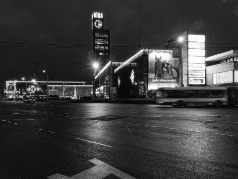 Bild: Der Bahnhof von Riga von der Kreuzung am Kaufhaus STOCKMANN aus fotografiert. OLYMPUS OM-D E-M5 mit M.Zuiko Digital 12-50 mm 1:3.5-6.3 EZ. ISO 3200 ¦ f/11 ¦ 12 mm ¦ 1/10 s ¦ kein Blitz. Klicken Sie auf das Bild um es zu vergrößern.