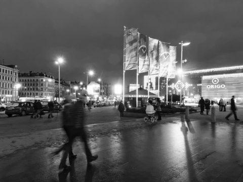Bild: Am Bahnhof von Riga. OLYMPUS OM-D E-M5 mit M.Zuiko Digital 12-50 mm 1:3.5-6.3 EZ. ISO 6400 ¦ f/9 ¦ 12 mm ¦ 1/10 s ¦ kein Blitz. Klicken Sie auf das Bild um es zu vergrößern.