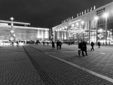 Bild: Am Bahnhof von Riga. OLYMPUS OM-D E-M5 mit M.Zuiko Digital 12-50 mm 1:3.5-6.3 EZ. ISO 6400 ¦ f/9 ¦ 12 mm ¦ 1/13 s ¦ kein Blitz. Klicken Sie auf das Bild um es zu vergrößern.