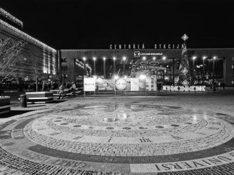 Bild: Am Bahnhof von Riga. OLYMPUS OM-D E-M5 mit M.Zuiko Digital 12-50 mm 1:3.5-6.3 EZ. ISO 2500 ¦ f/9 ¦ 12 mm ¦ 1/30 s ¦ kein Blitz. Klicken Sie auf das Bild um es zu vergrößern.