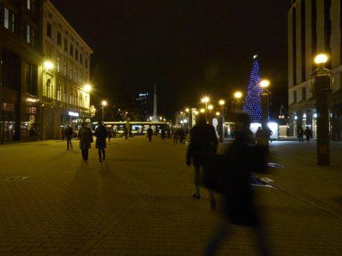 Bild: An einem Winterabend in der Kaļķu iela in Riga. OLYMPUS OM-D E-M5 mit M.Zuiko Digital 12-50mm 1:3.5-6.3 EZ. ISO 6400 ¦ f/11 ¦ 12 mm ¦ 1/10 s ¦ kein Blitz. Klicken Sie auf das Bild um es zu vergrößern.