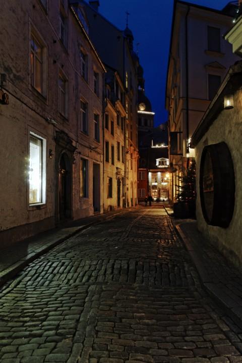 Bild: Abends unterwegs in der Altstadt von Riga in der Krāmu iela mit dem Restaurant Zur Blauen Kuh. NIKON D700 mit AF-S NIKKOR 24-120 mm 1:4G ED VR. ISO 2000 ¦ f/7,1 ¦ 24 mm ¦ 1/10 s ¦ kein Blitz. Klicken Sie auf das Bild um es zu vergrößern.
