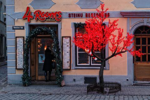 Bild: Vorweihnachtliche Betriebsamkeit auf dem Livenplatz in Riga. OLYMPUS OM-D E-M5 und M.Zuiko Digital 12-50mm 1:3.5-6.3 EZ.