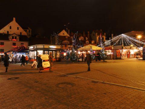 Bild: Vorweihnachtliche Betriebsamkeit auf dem Livenplatz in Riga am frühen Abend. OLYMPUS OM-D E-M5 und M.Zuiko Digital 12-50mm 1:3.5-6.3 EZ.