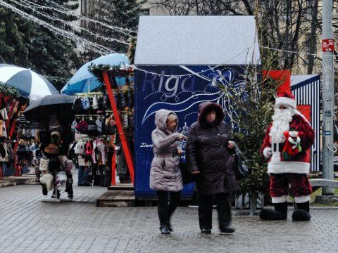 Bild: Diese beiden Frauen  auf dem Weihnachtsmarkt auf dem Livenplatz in Riga haben sich lautstark unterhalten. Da staunt selbst der Weihnachtsmann. OLYMPUS OM-D E-M5 mit M.Zuiko Digital 12-50 mm 1:3.5-6.3 EZ. ISO 400 ¦ f/7,1 ¦ 50 mm ¦ 1/25 s ¦ kein Blitz. Klicken Sie auf das Bild um es zu vergrößern.