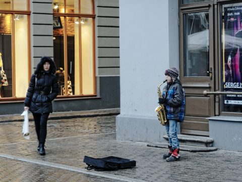 Bild: Dieser Junge hat auf dem Weihnachtsmarkt auf dem Livenplatz in Riga auf seiner Trompete Weihnachtslieder gespielt. Weil er das wirklich gut konnte, hat er ordentlich Geld eingenommen. OLYMPUS OM-D E-M5 mit M.Zuiko Digital 12-50 mm 1:3.5-6.3 EZ. ISO 400 ¦ f/7,1 ¦ 50 mm ¦ 1/25 s ¦ kein Blitz. Klicken Sie auf das Bild um es zu vergrößern.