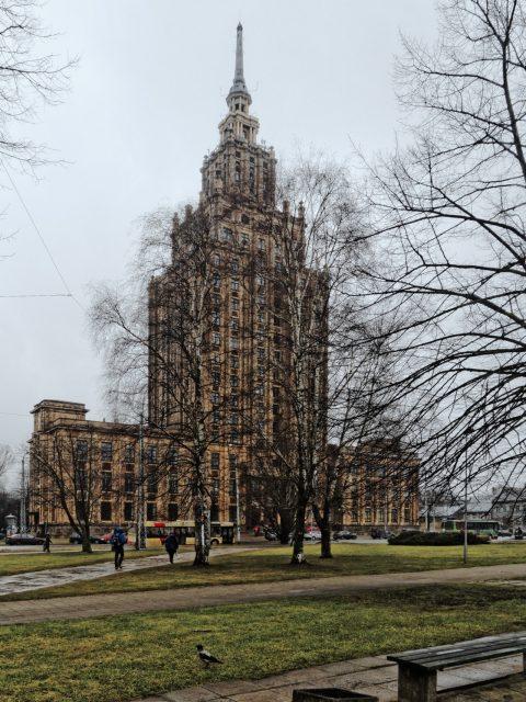 """Bild: Das im """"Stalinistischen Zuckerbäckerstil"""" errichtete Hochhaus der Lettischen Akademie der Wissenschaften in der Moskauer Vorstadt in Riga. OLYMPUS OM-D E-M5 mit M.Zuiko Digital 12-50 mm 1:3.5-6.3 EZ. ISO 640 ¦ f/11 ¦ 12 mm ¦ 1/40 s ¦ kein Blitz. Klicken Sie auf das Bild um es zu vergrößern."""