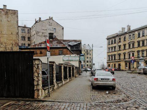 Bild: Typischer Straßenzug in der Moskauer Vorstadt von Riga - Maskavas iela. OLYMPUS OM-D E-M5 mit M.Zuiko Digital 12-50 mm 1:3.5-6.3 EZ. ISO 640 ¦ f/11 ¦ 12 mm ¦ 1/30 s ¦ kein Blitz. Klicken Sie auf das Bild um es zu vergrößern.