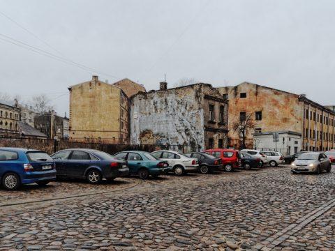 Bild: Industrieruine und rotte Wohnhäuser in der Moskauer Vorstadt von Riga an der Maskavas iela. OLYMPUS OM-D E-M5 mit M.Zuiko Digital 12-50 mm 1:3.5-6.3 EZ. ISO 640 ¦ f/11 ¦ 12 mm ¦ 1/30 s ¦ kein Blitz. Klicken Sie auf das Bild um es zu vergrößern.