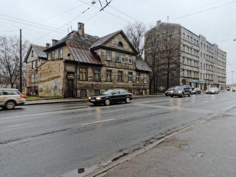 Bild: Noch ein weiteres Holzhaus in der Moskauer Vorstadt von Riga - diesmal an der stark befahrenen Slāvu iela. OLYMPUS OM-D E-M5 mit M.Zuiko Digital 12-50 mm 1:3.5-6.3 EZ. ISO 640 ¦ f/9 ¦ 12 mm ¦ 1/30 s ¦ kein Blitz. Klicken Sie auf das Bild um es zu vergrößern.