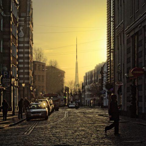 Bild: Mystisches Riga - Sonnenaufgang und Morgennebel am Fernsehturm. NIKON D700 mit AF-S NIKKOR 24-120 mm 1:4G ED VR. ISO 200 ¦ f/11 ¦ 85 mm ¦ 1/1600 s ¦ kein Blitz. Klicken Sie auf das Bild um es zu vergrößern.