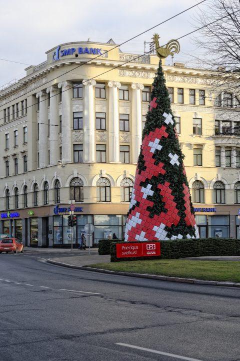 Bild: Und noch ein Weihnachtsbaum - diesmal vor einem restaurierten Bankgebäude in der Neustadt von Riga. NIKON D700 mit AF-S NIKKOR 24-120 mm 1:4G ED VR. ISO 400 ¦ f/7,1 ¦ 45 mm ¦ 1/200 s ¦ kein Blitz. Klicken Sie auf das Bild um es zu vergrößern.