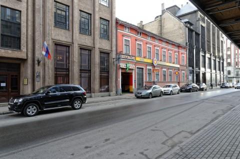 Bild: Farbkontraste sind in der Neustadt von Riga gar nicht so selten. NIKON D700 mit AF-S NIKKOR 24-120 mm 1:4G ED VR. ISO 200 ¦ f/9 ¦ 24 mm ¦ 1/20 s ¦ kein Blitz. Klicken Sie auf das Bild um es zu vergrößern.