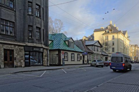Bild: Einige der kleineren Holzhäuser in der Neustadt von Riga ducken sich zwischen die großen Steinhäuser. NIKON D700 mit AF-S NIKKOR 24-120 mm 1:4G ED VR. ISO 200 ¦ f/9 ¦ 24 mm ¦ 1/160 s ¦ kein Blitz. Klicken Sie auf das Bild um es zu vergrößern.