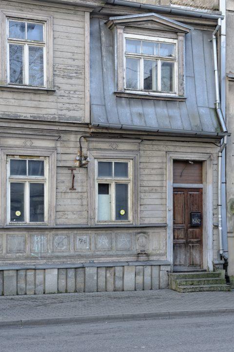 Bild: Detail eines Holzhauses in der Neustadt von Riga. NIKON D700 mit AF-S NIKKOR 24-120 mm 1:4G ED VR. ISO 200 ¦ f/7,1 ¦ 50 mm ¦ 1/25 s ¦ kein Blitz. Klicken Sie auf das Bild um es zu vergrößern.