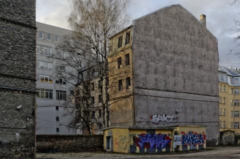Bild: Graffitti an einem verlassenen Mietshaus in der Neustadt von Riga. NIKON D700 mit AF-S NIKKOR 24-120 mm 1:4G ED VR. ISO 200 ¦ f/9 ¦ 24 mm ¦ 1/160 s ¦ kein Blitz. Klicken Sie auf das Bild um es zu vergrößern.