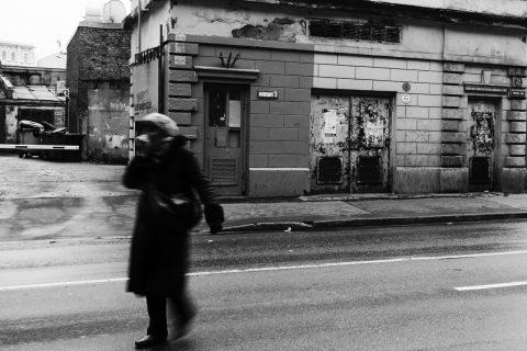 Bild: Manche Gebäude in der Neustadt von Riga - wie etwa diese Trafostation - verbreiten einen morbiden Charme. OLYMPUS OM-D E-M5 mit M.Zuiko Digital 12-50 mm 1:3.5-6.3 EZ. ISO 400 ¦ f/7,1 ¦ 12 mm ¦ 1/25 s ¦ kein Blitz. Klicken Sie auf das Bild um es zu vergrößern.