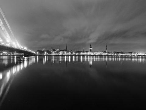 Bild: Die Altststadt von Riga in Schwarz/Weiss kurz vor Weihnachten 2013 bei Nacht von der Terrasse des SWEDBANK HOCHAUSES aus gesehen. OLYMPUS OM-D E-M5 mit M.Zuiko Digital 12-50 mm 1:3.5-6.3 EZ. ISO 200 ¦ f/11 ¦ 12 mm ¦ 13 s ¦ kein Blitz. Klicken Sie auf das Bild um es zu vergrößern.