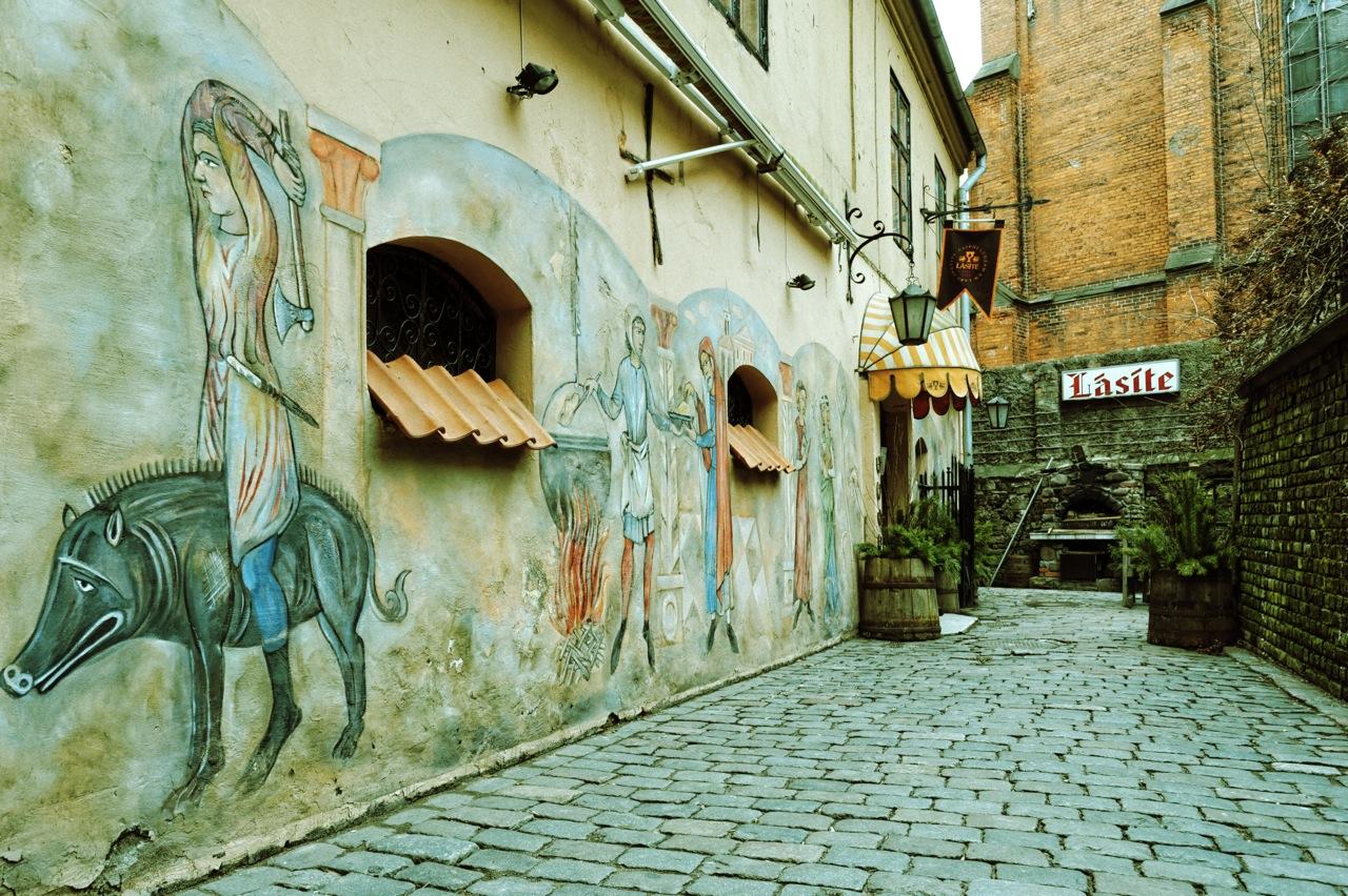 Bild: Riga ganz mittelalterlich - Das Restaurant Lāsīte in der Altstadt. NIKON D700 mit AF-S NIKKOR 24-120 mm 1:4G ED VR. ISO 1250 ¦ f/7,1 ¦ 24 mm ¦ 1/60 s ¦ kein Blitz. Klicken Sie auf das Bild um es zu vergrößern.