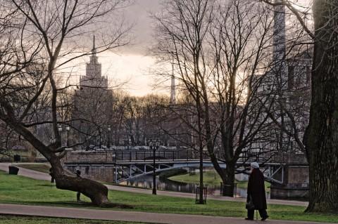 Bild: Morgenstimmung am Stadtkanal von Riga. NIKON D700 mit AF-S NIKKOR 24-120 mm 1:4G ED VR. ISO 400 ¦ f/11 ¦ 100 mm ¦ 1/400 s ¦ kein Blitz. Klicken Sie auf das Bild um es zu vergrößern.