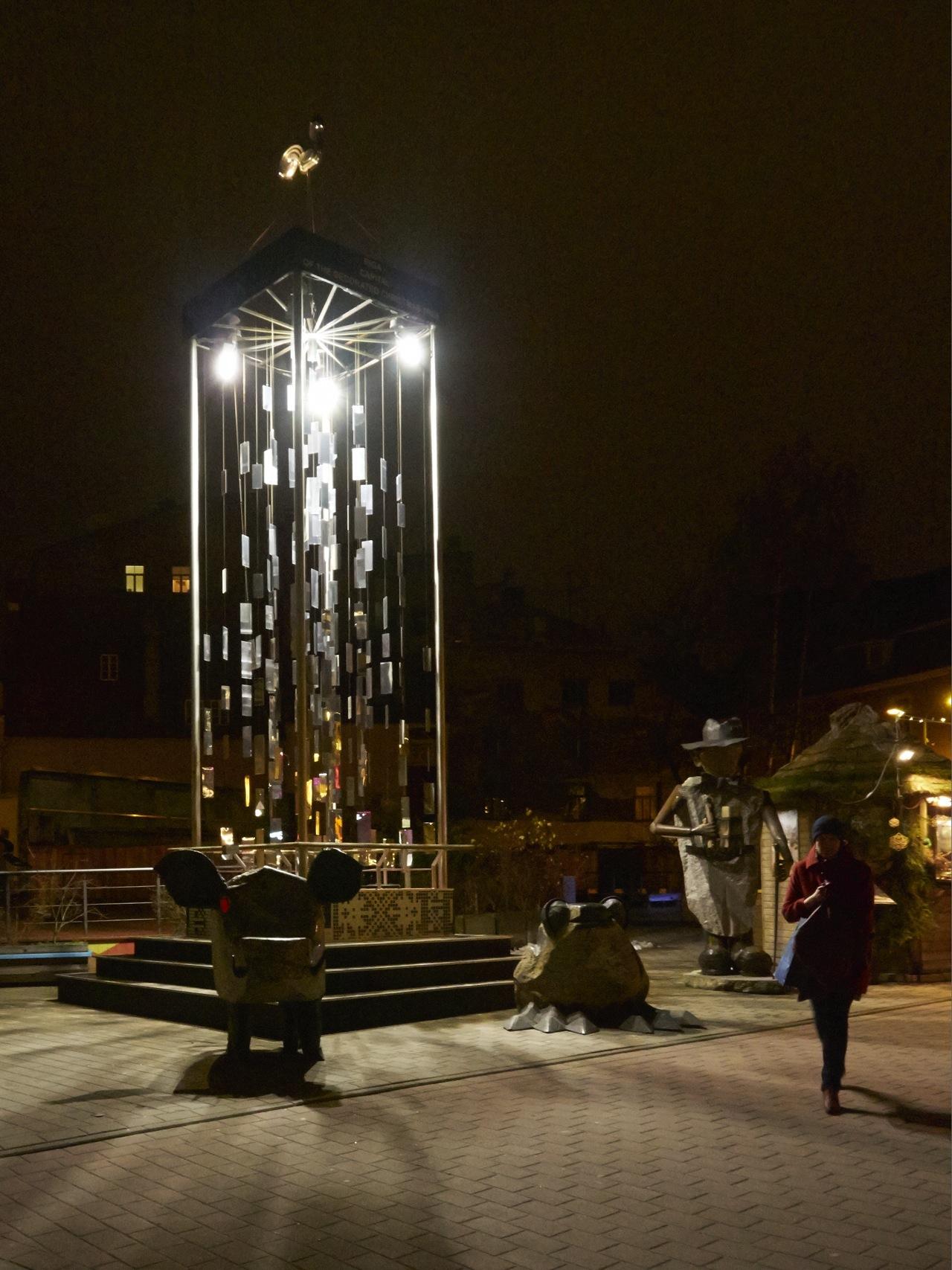 Bild: An der Skulptur in der Tirgoņu iela in Riga am Abend. OLYMPUS OM-D E-M5 mit M.Zuiko Digital 12-50 mm 1:3.5-6.3 EZ. ISO 6400 ¦ f/9 ¦ 12 mm ¦ 1/15 s ¦ kein Blitz. Klicken Sie auf das Bild um es zu vergrößern.