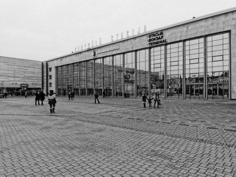 Bild: Gegen Mittag am Portal des Hauptbahnhofs von Riga. OLYMPUS OM-D E-M5 mit M.Zuiko Digital 12-50 mm 1:3.5-6.3 EZ. ISO 400 ¦ f/9 ¦ 12 mm ¦ 1/60 s ¦ kein Blitz. Klicken Sie auf das Bild um es zu vergrößern.