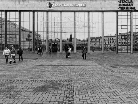 Bild: Gegen Mittag am Portal des Hauptbahnhofs von Riga. Das Portal ist weihnachtlich dekoriert. OLYMPUS OM-D E-M5 mit M.Zuiko Digital 12-50 mm 1:3.5-6.3 EZ. ISO 400 ¦ f/9 ¦ 12 mm ¦ 1/50 s ¦ kein Blitz. Klicken Sie auf das Bild um es zu vergrößern.