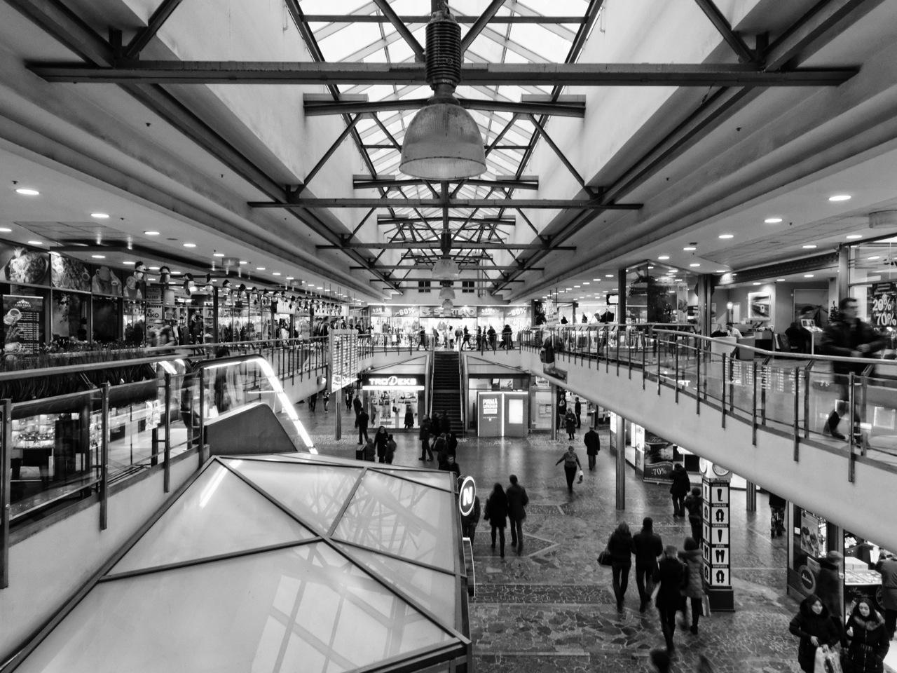 Bild: In einem der Einkaufszentrenten im Hauptbahnhof von Riga. OLYMPUS OM-D E-M5 mit M.Zuiko Digital 12-50 mm 1:3.5-6.3 EZ. ISO 800 ¦ f/9 ¦ 12 mm ¦ 1/10 s ¦ kein Blitz. Klicken Sie auf das Bild um es zu vergrößern.