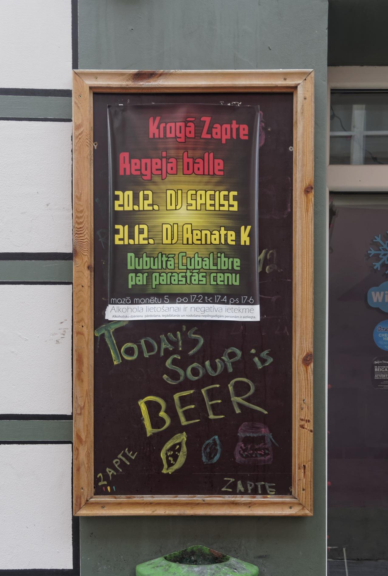 """Bild: Bier als Tagessuppe in einer Kneipe in der Altstadt von Riga - """"Today's soup is beer"""". OLYMPUS OM-D E-M5 mit M.Zuiko Digital 12-50 mm 1:3.5-6.3 EZ. ISO 800 ¦ f/5,6 ¦ 18 mm ¦ 1/25 s ¦ kein Blitz. Klicken Sie auf das Bild um es zu vergrößern."""