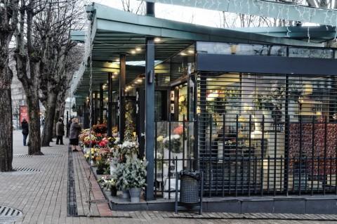 Bild: Unterwegs am Blumenmarkt in der Nähe von Wöhrmanns Garten (Vērmanes dārzs) in der Neustadt von Riga. OLYMPUS OM-D E-M5 mit M.Zuiko Digital 12-50 mm 1:3.5-6.3 EZ. ISO 800 ¦ f/9 ¦ 12 mm ¦ 1/20 s ¦ kein Blitz. Klicken Sie auf das Bild um es zu vergrößern.