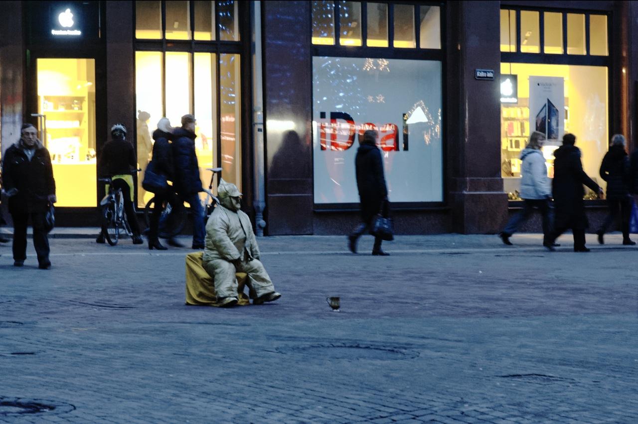 Bild: Da Riga 2014 Kulturhauptstadt Europas ist, wurden die stillen Bettler, die das Straßenbild vom Freiheitsplatz zum Livenplatz geprägt haben, verbannt. Wer hier ein paar Lats verdienen möchte, muss sich was einfallen lassen. NIKON D700 mit AF-S NIKKOR 24-120 mm 1:4G ED VR. ISO 6400 ¦ f/7,1 ¦ 120 mm ¦ 1/30 s ¦ kein Blitz. Klicken Sie auf das Bild um es zu vergrößern.