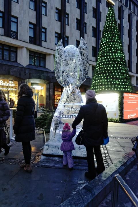 Bild: Die Eisskulptur der Schokoladenfabrik LAIMA ist ein besonderer Anziehungspunkt auf dem vorweihnachtlichen Freiheitsplatz von Riga. NIKON D700 mit AF-S NIKKOR 24-120 mm 1:4G ED VR. ISO 6400 ¦ f/7,1 ¦ 24 mm ¦ 1/30 s ¦ kein Blitz. Klicken Sie auf das Bild um es zu vergrößern.