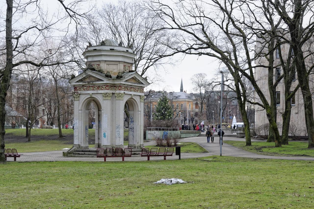 Bild: Monopteros im Kronvalda Parks in Riga. NIKON D700 mit AF-S NIKKOR 24-120 mm 1:4G ED VR. ISO 400 ¦ f/7,1 ¦ 45 mm ¦ 1/40 s ¦ kein Blitz. Klicken Sie auf das Bild um es zu vergrößern.