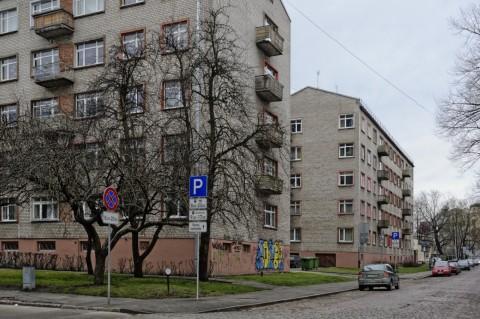 Bild: In der Citadeles iela in Riga finden sich auch ein paar der typischen unverputzten Mietshäuser aus Sowjetzeiten. NIKON D700 mit AF-S NIKKOR 24-120 mm 1:4G ED VR. ISO 400 ¦ f/9 ¦ 24 mm ¦ 1/50 s ¦ kein Blitz. Klicken Sie auf das Bild um es zu vergrößern.