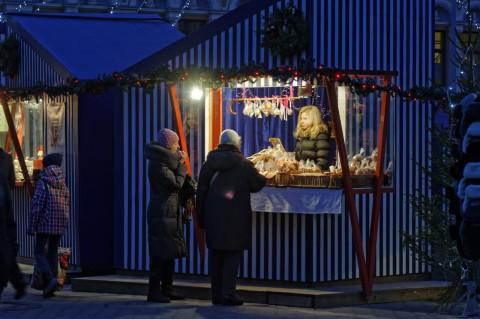 Bild: Mandel- und Lebkuchenstand auf dem Livenplatz in der Altstadt von Riga. NIKON D700 mit AF-S NIKKOR 24-120 mm 1:4G ED VR. ISO 1600 ¦ f/9 ¦ 120 mm ¦ 1/20 s ¦ kein Blitz. Klicken Sie auf das Bild um es zu vergrößern.