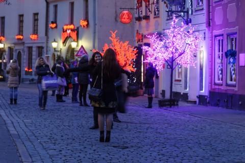 Bild: Diese Mädchen aus Russland genießen ihren Aufenthalt im vorweihnachtlichen Riga. Auf dem Livenplatz in der Altstadt. NIKON D700 mit AF-S NIKKOR 24-120 mm 1:4G ED VR. ISO 1600 ¦ f/7,1 ¦ 24 mm ¦ 1/6 s ¦ kein Blitz. Klicken Sie auf das Bild um es zu vergrößern.