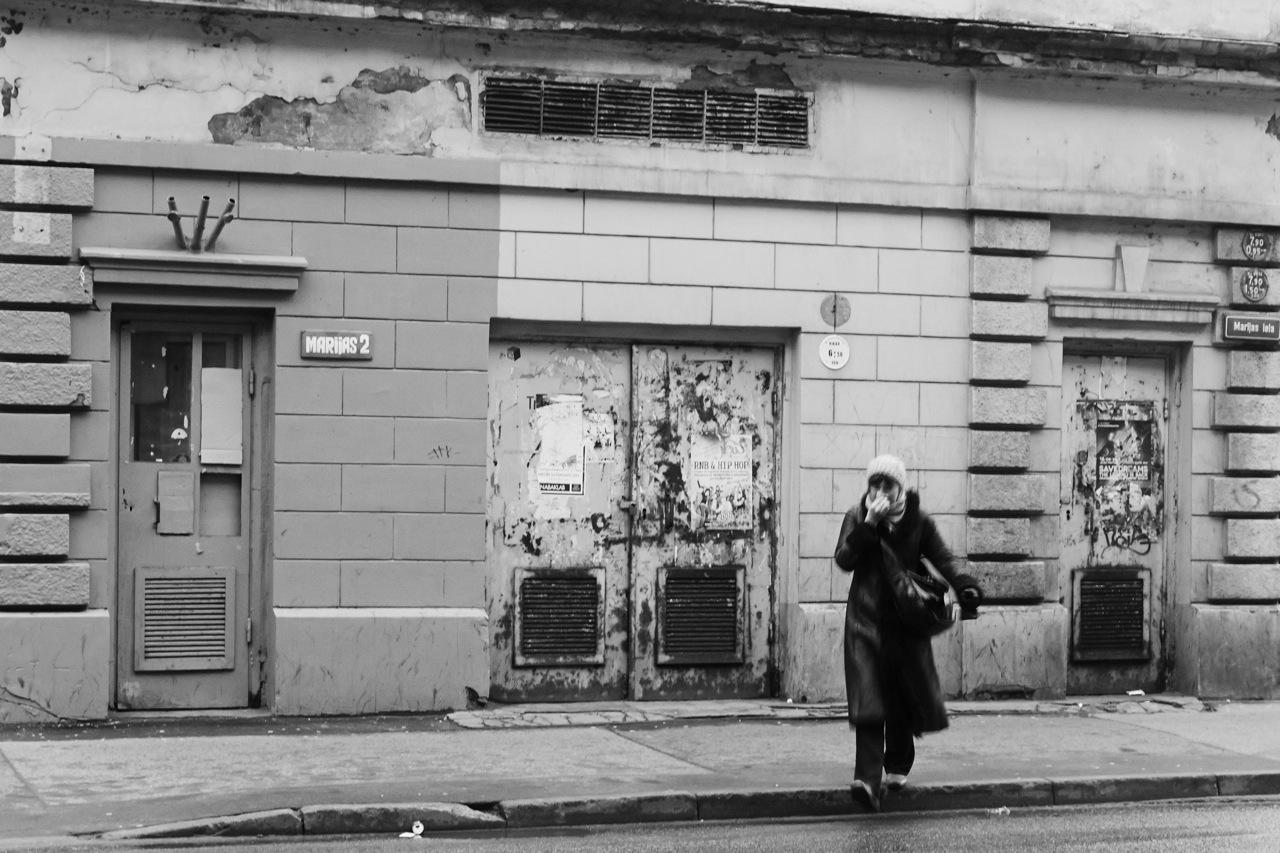 Bei schlechtem Wetter kann Riga auch trist wirken, so wie heute Vormittag in der Nähe des Bahnhofs in der Marijas iela. Das Haus scheint aus einer anderen Zeit zu stammen und auch die junge Frau ist nicht so gut drauf. OLYMPUS OM-D E-M5 mit M.Zuiko Digital 12-50 mm 1:3.5-6.3 EZ. ISO 400 ¦ f/7,1 ¦ 25 mm ¦ 1/25 s ¦ kein Blitz. Klicken Sie auf das Bild um es zu vergrößern.