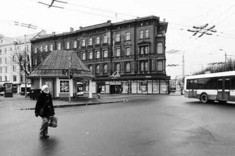 Bild: Am Brīvības bulvāris in der Neustadt von Riga. OLYMPUS OM-D E-M5 mit M.Zuiko Digital 12-50 mm 1:3.5-6.3 EZ. ISO 400 ¦ f/9 ¦ 12 mm ¦ 1/50 s ¦ kein Blitz. Klicken Sie auf das Bild um es zu vergrößern.