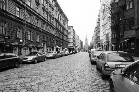 Bild: Unterwegs in der Ģertrūdes iela in der Neustadt von Riga. OLYMPUS OM-D E-M5 mit M.Zuiko Digital 12-50 mm 1:3.5-6.3 EZ. ISO 400 ¦ f/9 ¦ 12 mm ¦ 1/25 s ¦ kein Blitz. Klicken Sie auf das Bild um es zu vergrößern.