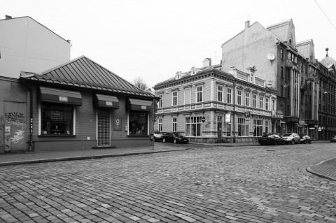 Bild: Holzarchitektur in der Neustadt von Riga. OLYMPUS OM-D E-M5 mit M.Zuiko Digital 12-50 mm 1:3.5-6.3 EZ. ISO 400 ¦ f/7,1 ¦ 12 mm ¦ 1/60 s ¦ kein Blitz. Klicken Sie auf das Bild um es zu vergrößern.