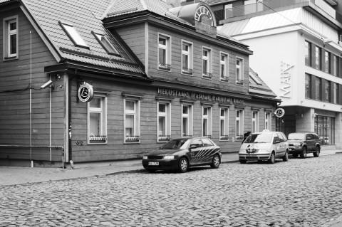 Bild: Holzarchitektur in der Neustadt von Riga. OLYMPUS OM-D E-M5 mit M.Zuiko Digital 12-50 mm 1:3.5-6.3 EZ. ISO 400 ¦ f/7,1 ¦ 21 mm ¦ 1/30 s ¦ kein Blitz. Klicken Sie auf das Bild um es zu vergrößern.