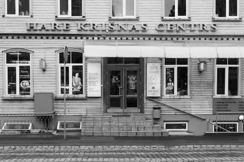 Bild: In diesem Holzhaus in der Neustadt von Riga residiert Hare Krishna. OLYMPUS OM-D E-M5 mit M.Zuiko Digital 12-50 mm 1:3.5-6.3 EZ. ISO 400 ¦ f/7,1 ¦ 35 mm ¦ 1/30 s ¦ kein Blitz. Klicken Sie auf das Bild um es zu vergrößern.